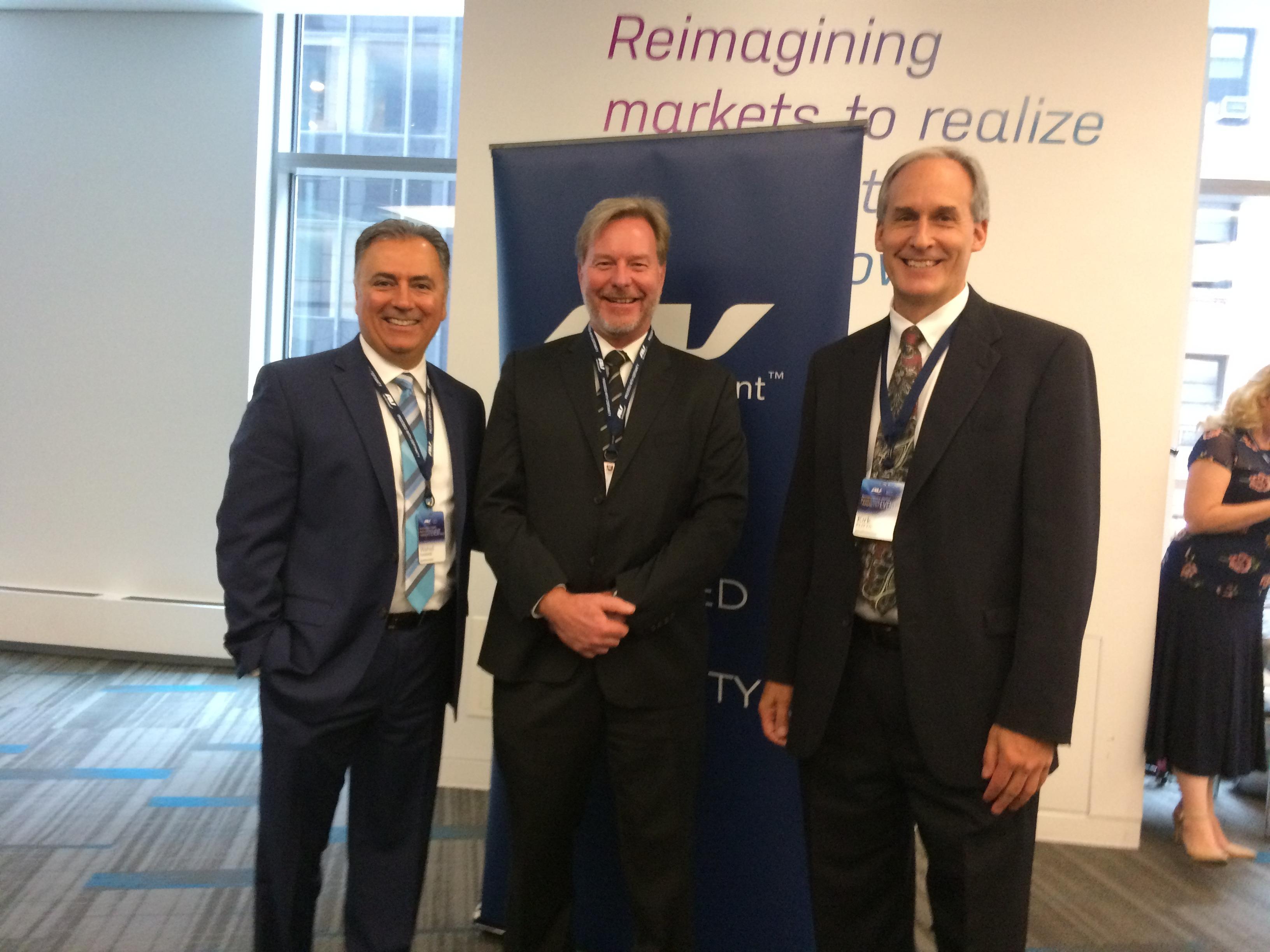 Wahid Nawabi (presidente da AeroVironment), Ulf Bogdawa (SkyDrones/SkyAgri) e Kirk J. Flittie (AeroVironment)