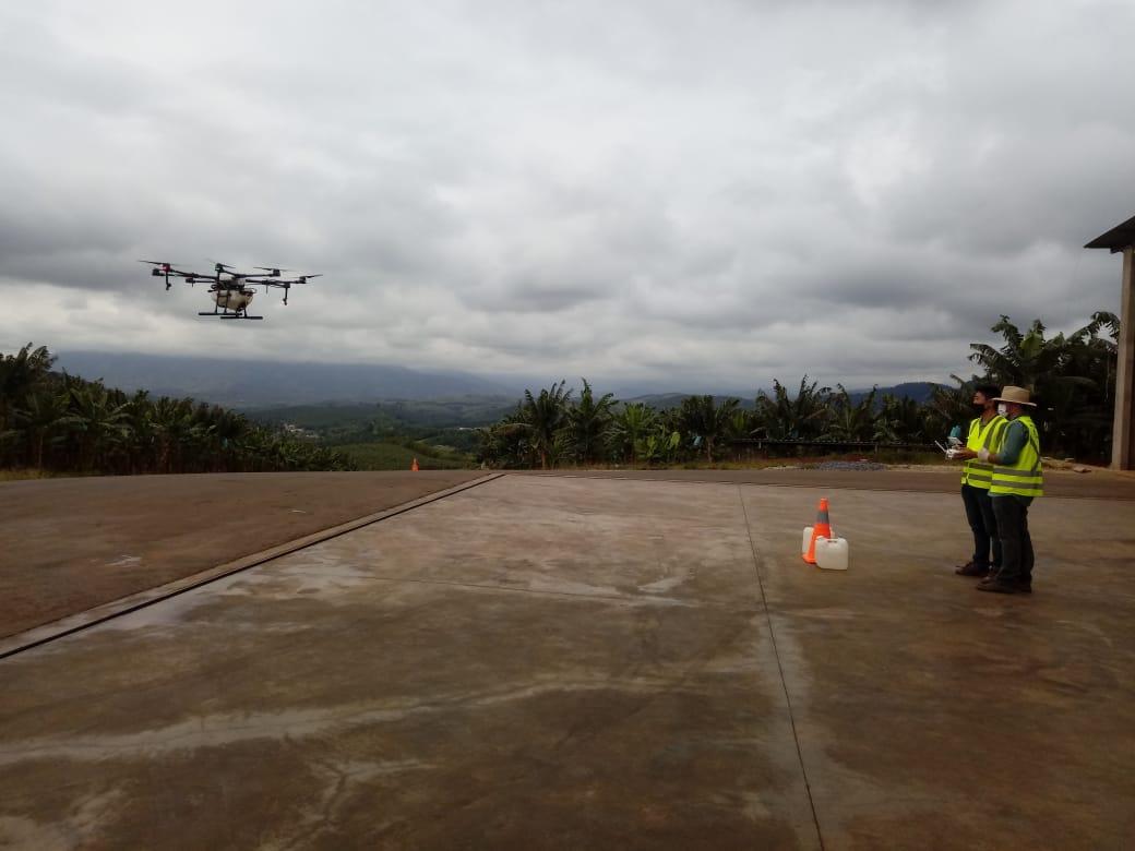 Voando drone